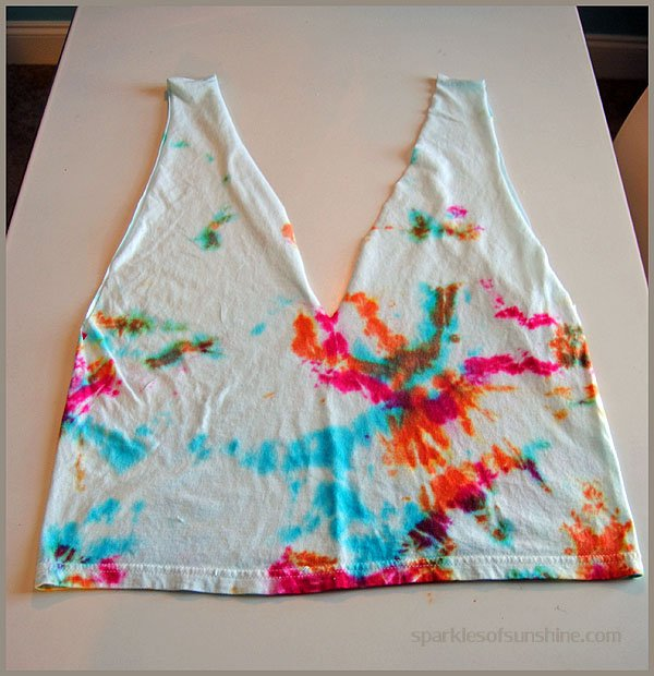 Turn an old t-shirt into a Repurposed T-Shirt Bag! Get details at Sparkles of Sunshine.