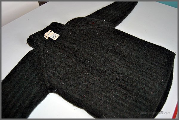 Turn an old sweater into a fun gift! Find out how easy it is to make a felted wool sweater handbag at Sparkles of Sunshine.